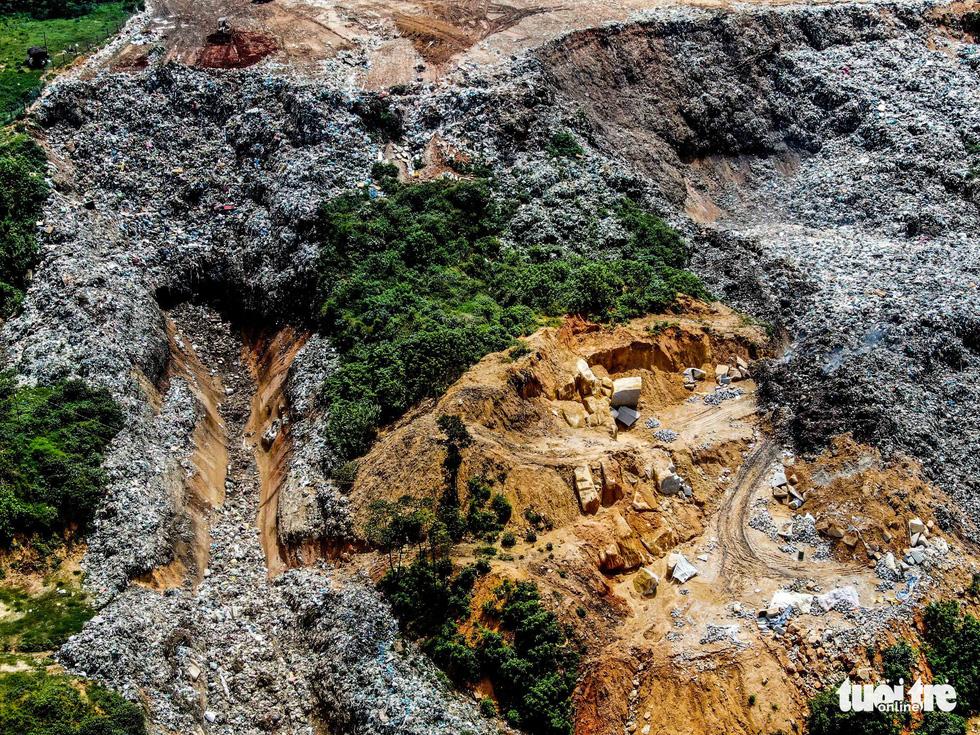 Núi rác Cam Ly hôi thối đổ xuống vườn dân cả tuần không được dọn - Ảnh 4.