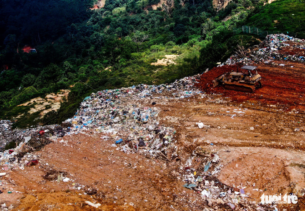 Núi rác Cam Ly hôi thối đổ xuống vườn dân cả tuần không được dọn - Ảnh 5.