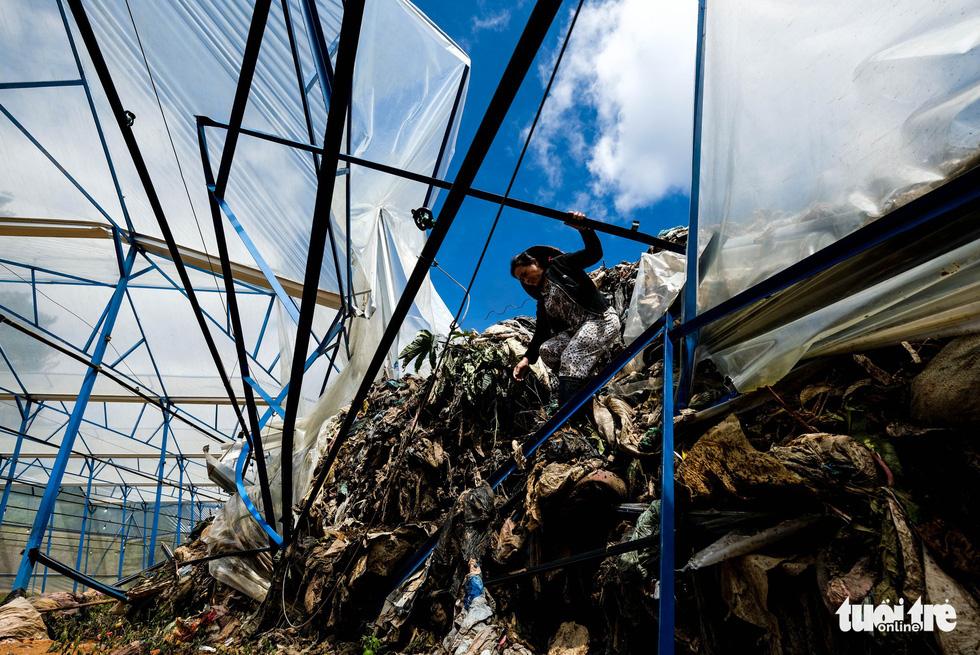 Núi rác Cam Ly hôi thối đổ xuống vườn dân cả tuần không được dọn - Ảnh 6.