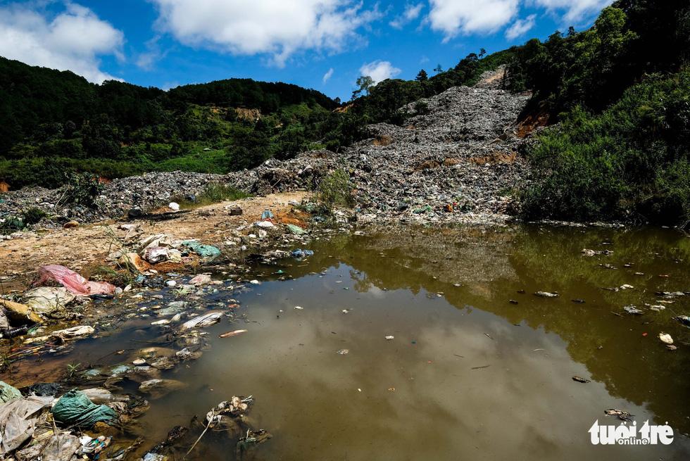 Núi rác Cam Ly hôi thối đổ xuống vườn dân cả tuần không được dọn - Ảnh 7.