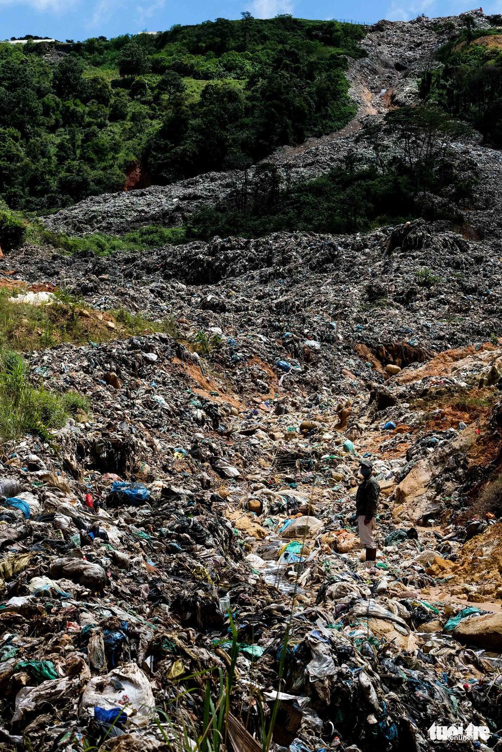 Núi rác Cam Ly hôi thối đổ xuống vườn dân cả tuần không được dọn - Ảnh 9.