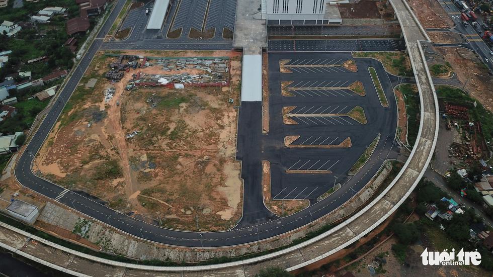 Bến xe Miền Đông mới hoàn thành nhưng không có đường kết nối - Ảnh 10.