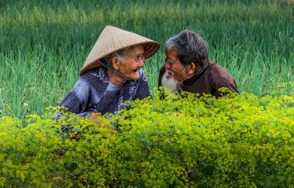 Hai cụ già Việt Nam mãi yêu vào top 50 giải ảnh quốc tế về tình yêu - Ảnh 1.