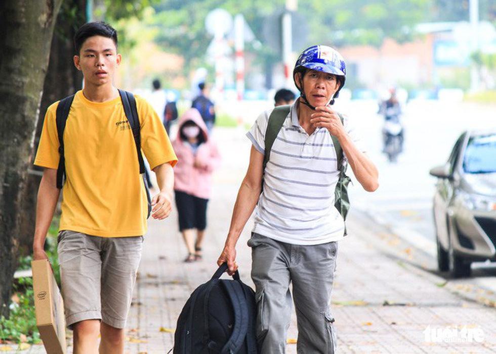 Cùng con lên Sài Gòn nhập học - Ảnh 1.