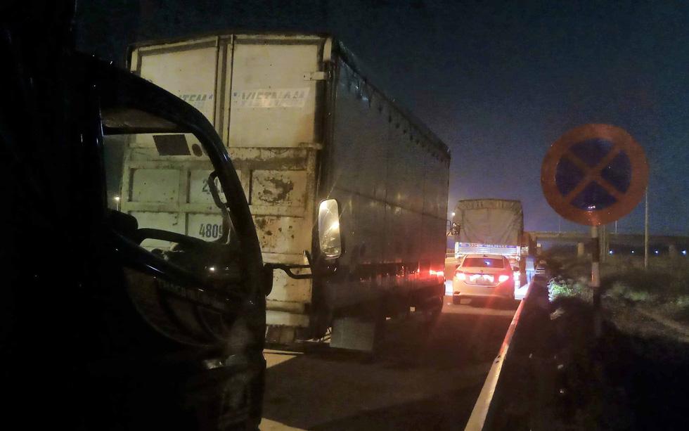Cả ngàn tài xế dừng xe ngủ trên... đường cao tốc - Ảnh 1.