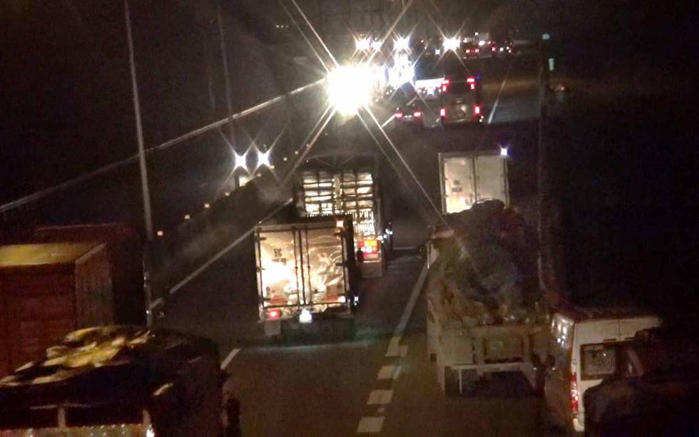 Cả ngàn tài xế dừng xe ngủ trên... đường cao tốc - Ảnh 6.