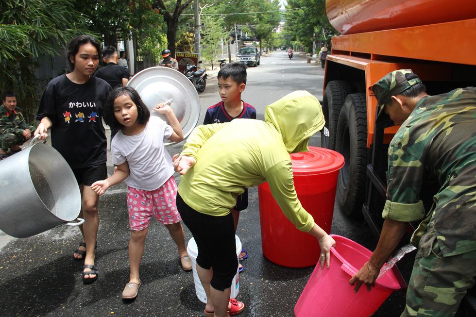Trường học đóng cửa, xe quân đội tiếp nước cho dân - Ảnh 4.