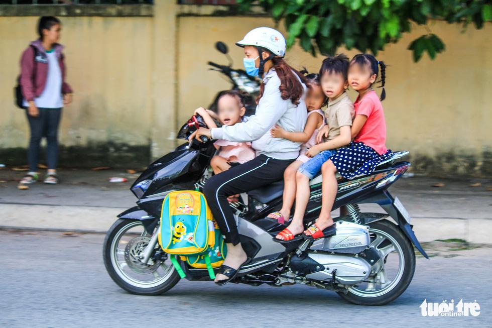Xốn mắt với cảnh chở con nhỏ không đội nón bảo hiểm - Ảnh 4.