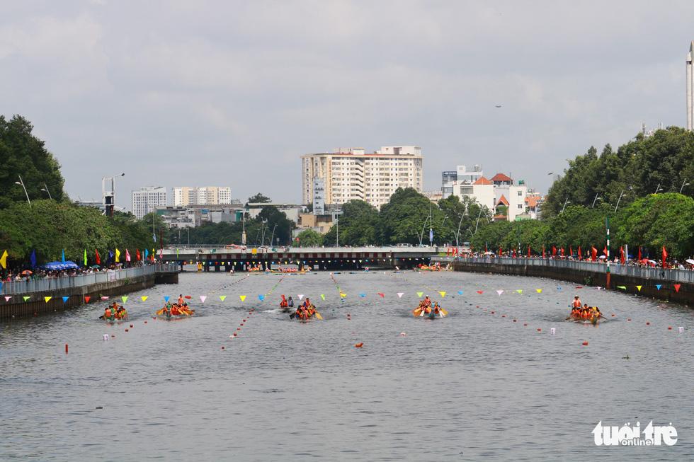 Trống thúc, thuyền dong vun vút trên kênh Nhiêu Lộc - Thị Nghè - Ảnh 2.