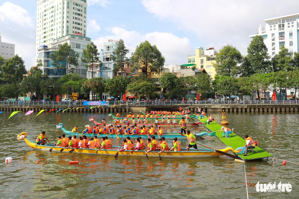 Trống thúc, thuyền dong vun vút trên kênh Nhiêu Lộc - Thị Nghè - Ảnh 3.