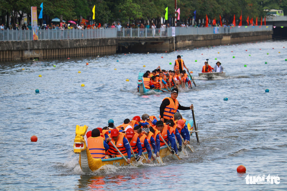 Trống thúc, thuyền dong vun vút trên kênh Nhiêu Lộc - Thị Nghè - Ảnh 6.