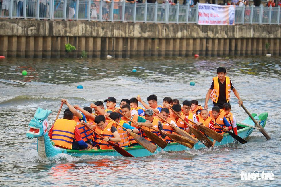Trống thúc, thuyền dong vun vút trên kênh Nhiêu Lộc - Thị Nghè - Ảnh 7.