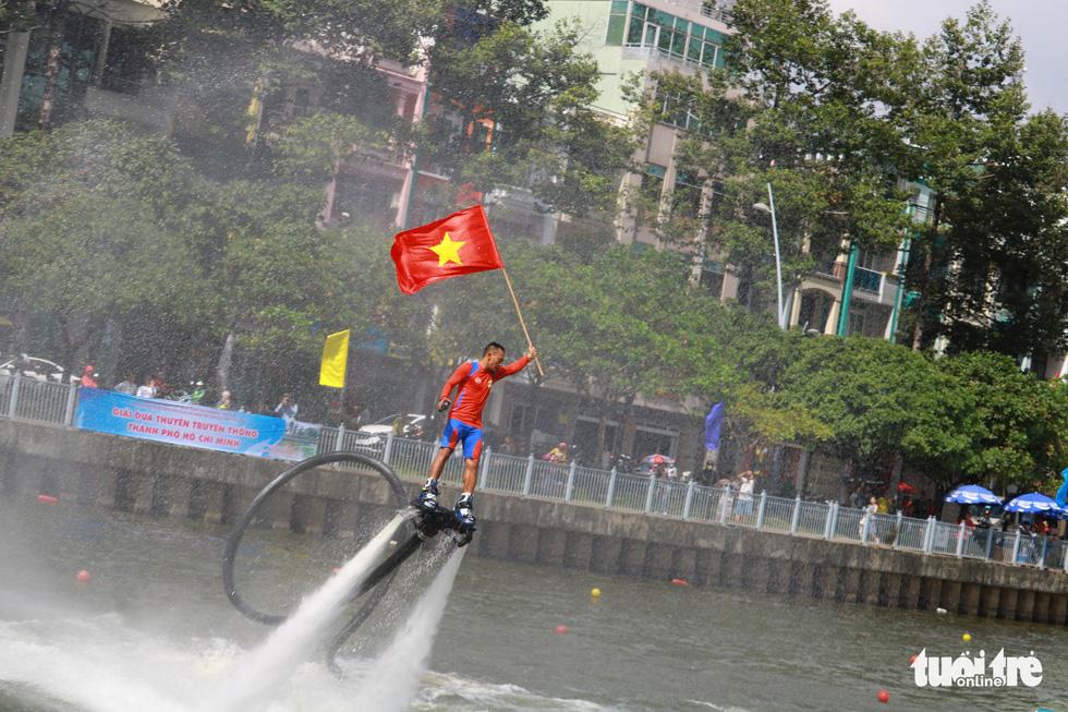 Trống thúc, thuyền dong vun vút trên kênh Nhiêu Lộc - Thị Nghè - Ảnh 8.