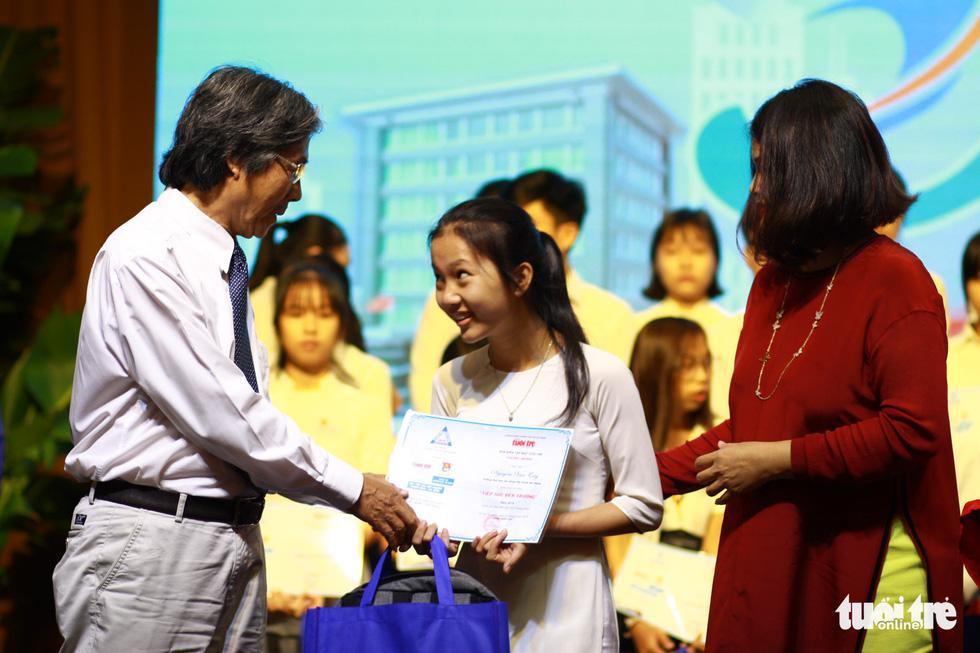 Trao 150 suất học bổng Tiếp sức đến trường cho tân sinh viên Quảng Nam - Đà Nẵng - Ảnh 1.