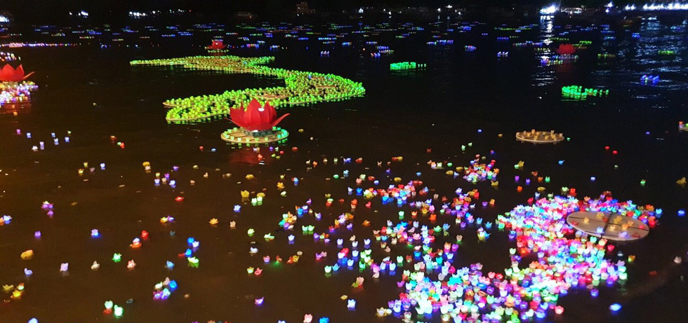 Xôn xao quanh chuyện 30.000 hoa đăng thả xuống vịnh Lan Hạ gây ô nhiễm - Ảnh 1.