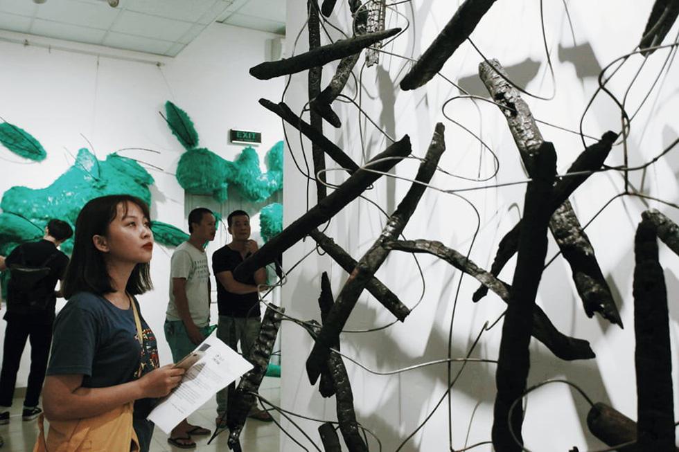 Que than từ vụ cháy rừng Hà Tĩnh, rác thải nhựa, sắt vụn... vào triển lãm - Ảnh 1.