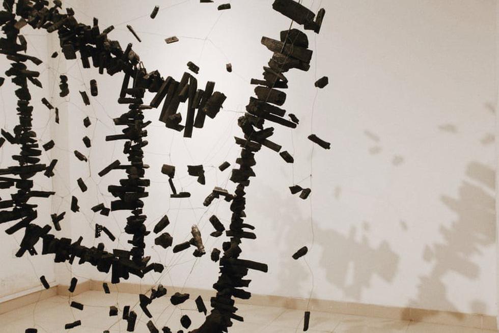 Que than từ vụ cháy rừng Hà Tĩnh, rác thải nhựa, sắt vụn... vào triển lãm - Ảnh 2.