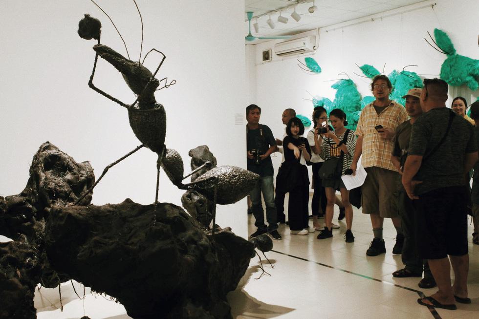 Que than từ vụ cháy rừng Hà Tĩnh, rác thải nhựa, sắt vụn... vào triển lãm - Ảnh 7.