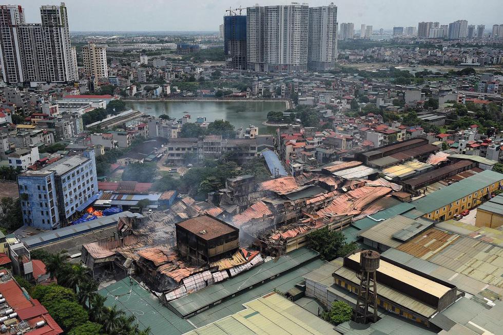 Cận cảnh tan hoang sau vụ cháy Công ty Rạng Đông - Ảnh 1.