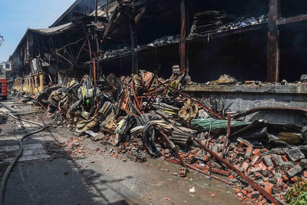 Cận cảnh tan hoang sau vụ cháy Công ty Rạng Đông - Ảnh 2.