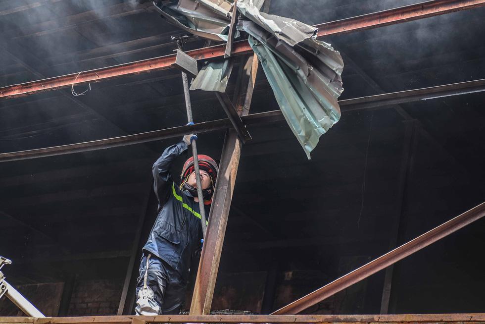 Cận cảnh tan hoang sau vụ cháy Công ty Rạng Đông - Ảnh 4.
