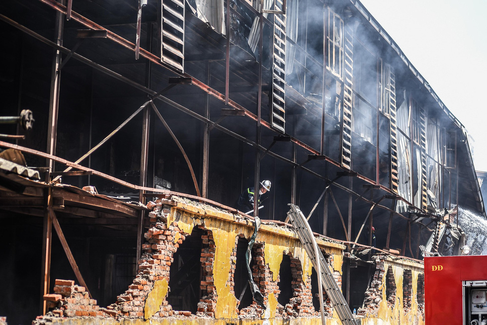 Cận cảnh tan hoang sau vụ cháy Công ty Rạng Đông - Ảnh 5.