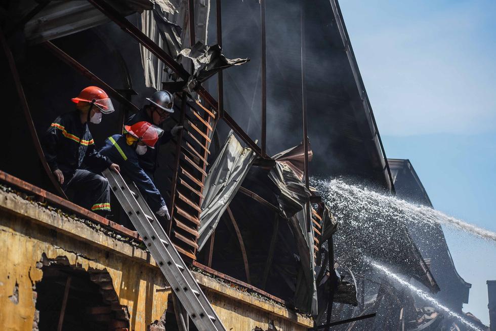 Cận cảnh tan hoang sau vụ cháy Công ty Rạng Đông - Ảnh 7.