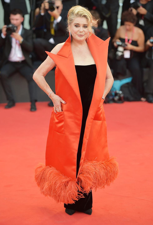 Harpers Bazaar, Vogue... bình chọn những bộ cánh đẹp nhất thảm đỏ Venice - Ảnh 4.