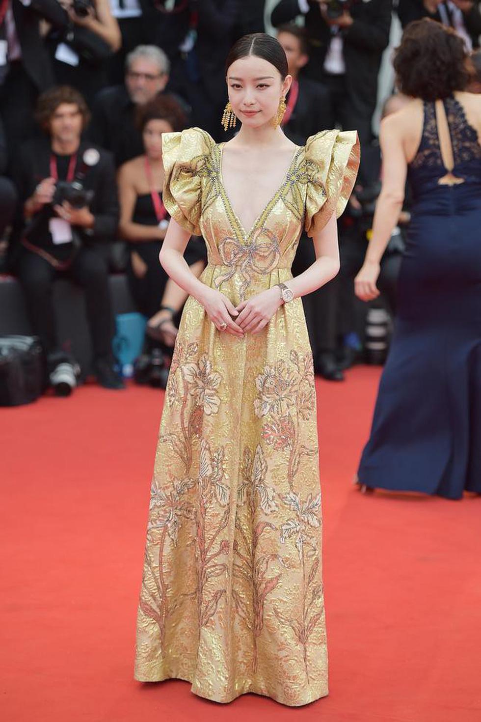 Harpers Bazaar, Vogue... bình chọn những bộ cánh đẹp nhất thảm đỏ Venice - Ảnh 7.