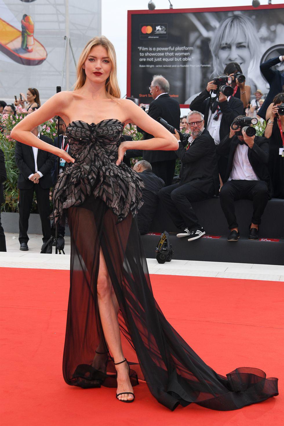 Harpers Bazaar, Vogue... bình chọn những bộ cánh đẹp nhất thảm đỏ Venice - Ảnh 10.