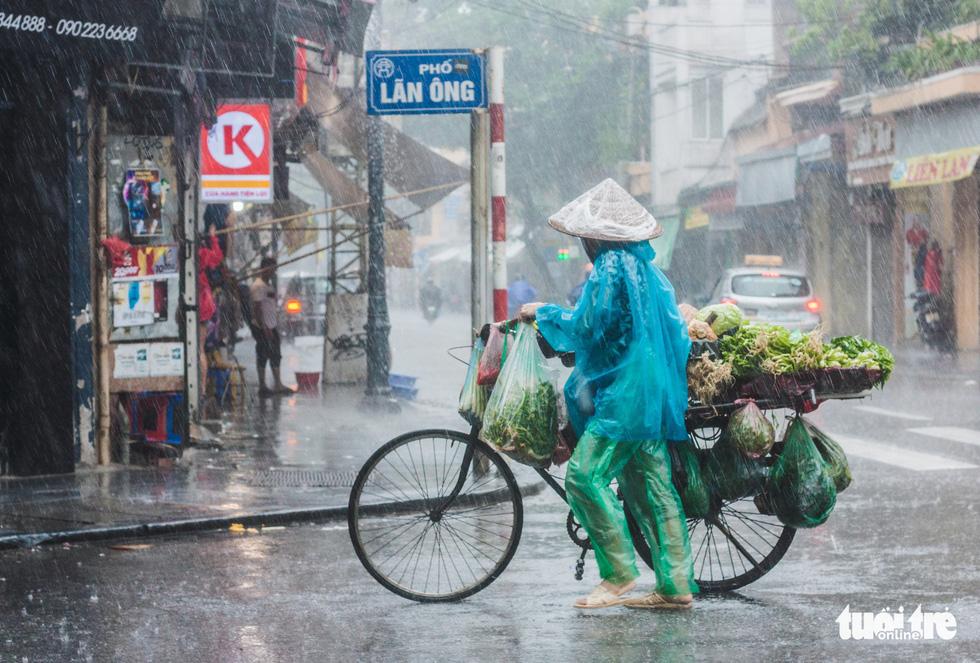 Mưa bão vẫn ráng mưu sinh ở Hà Nội - Ảnh 10.