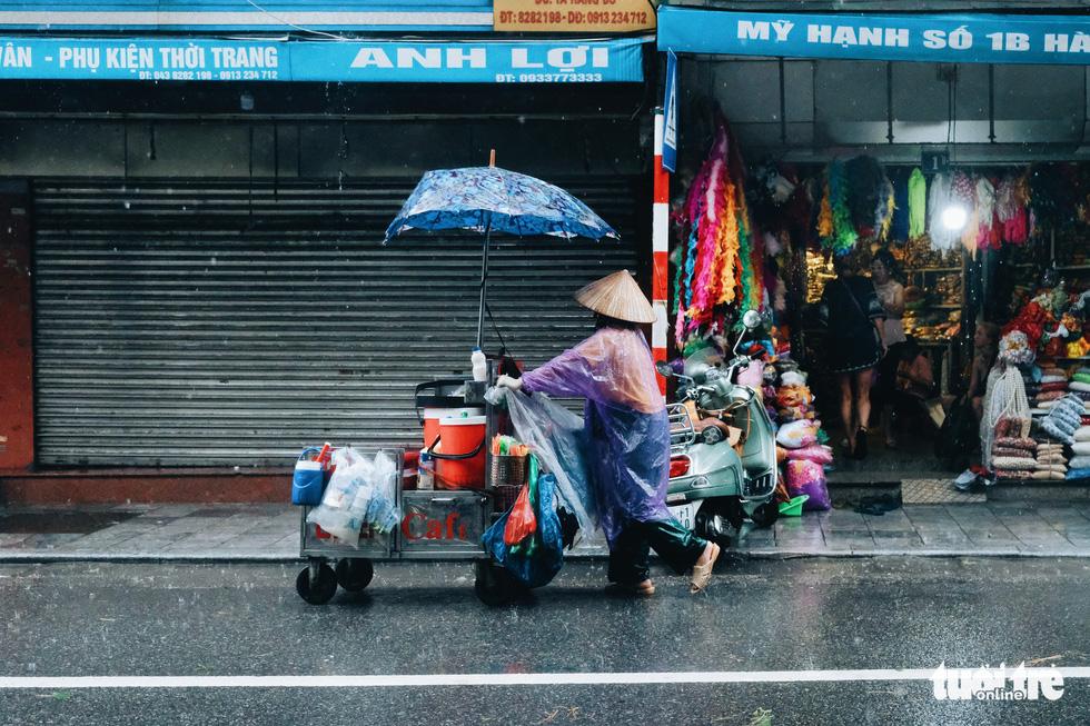 Mưa bão vẫn ráng mưu sinh ở Hà Nội - Ảnh 4.