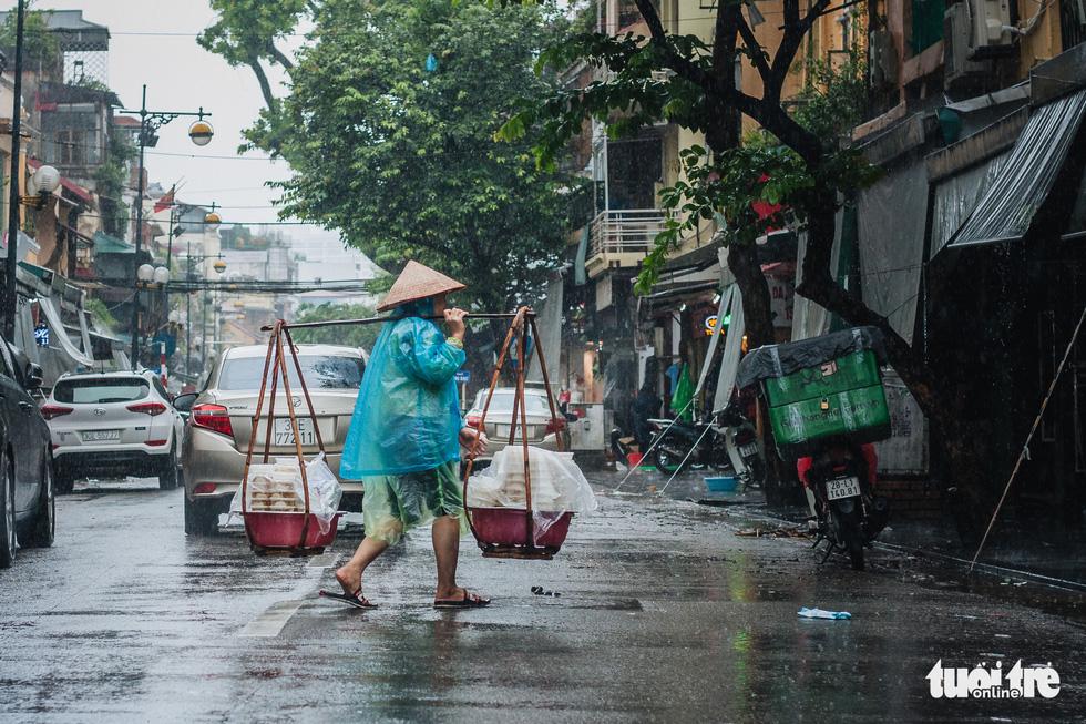 Mưa bão vẫn ráng mưu sinh ở Hà Nội - Ảnh 5.
