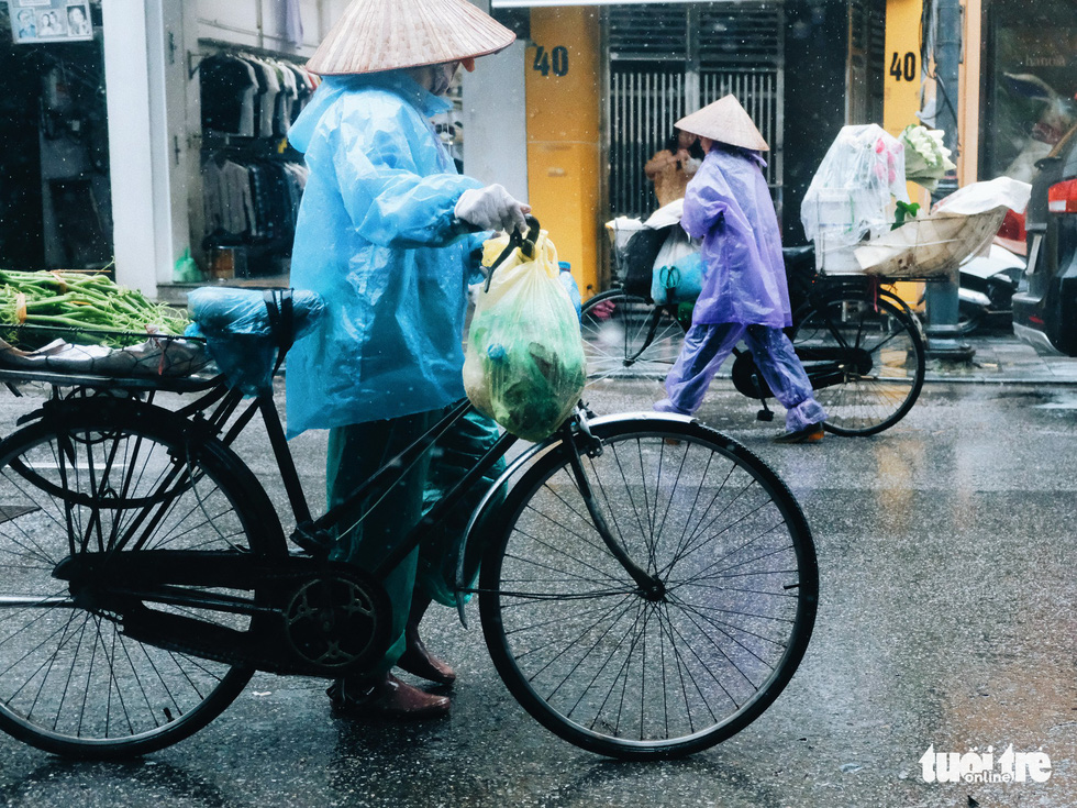 Mưa bão vẫn ráng mưu sinh ở Hà Nội - Ảnh 6.