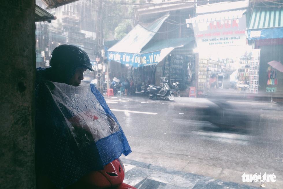 Mưa bão vẫn ráng mưu sinh ở Hà Nội - Ảnh 7.