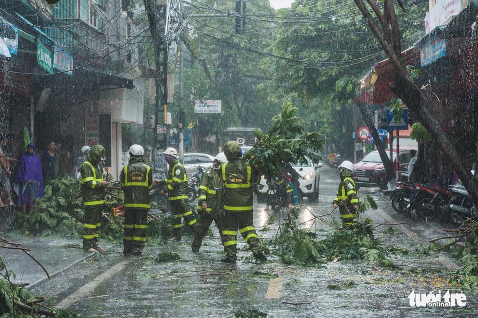 Mưa bão vẫn ráng mưu sinh ở Hà Nội - Ảnh 8.