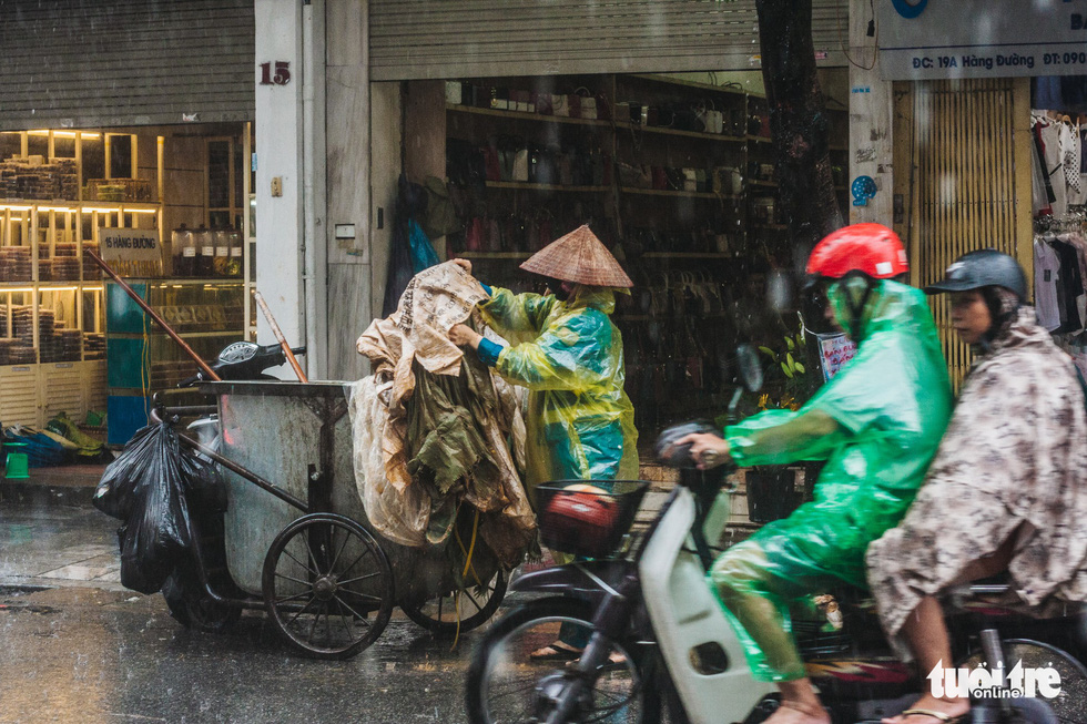 Mưa bão vẫn ráng mưu sinh ở Hà Nội - Ảnh 9.