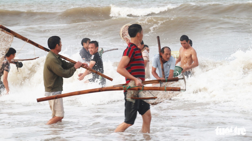 Cả trăm người dân, du khách tụ về bờ biển nhặt sò, ngao sau bão số 4 - Ảnh 3.