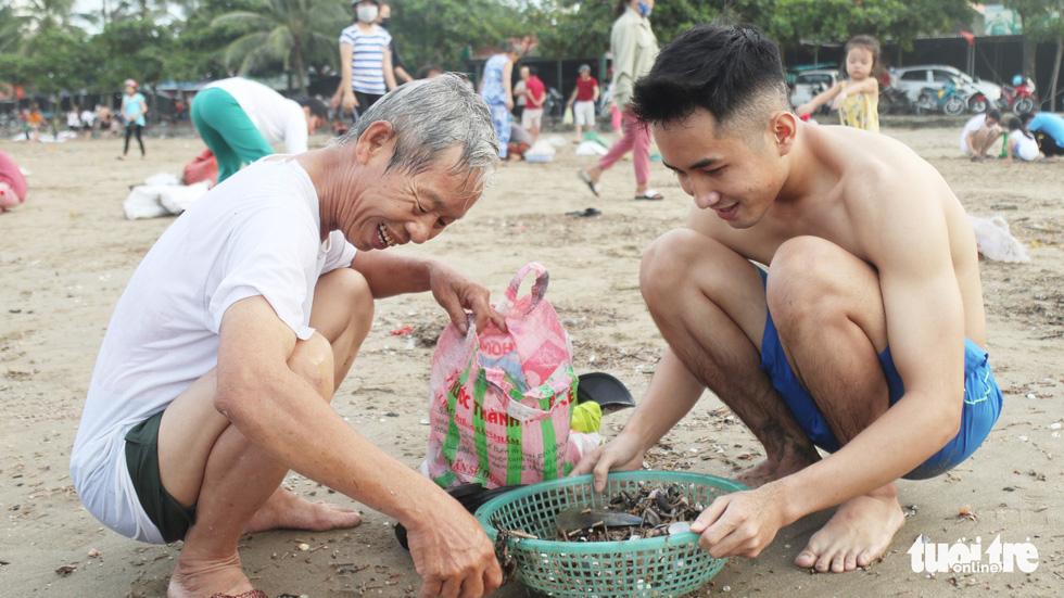 Cả trăm người dân, du khách tụ về bờ biển nhặt sò, ngao sau bão số 4 - Ảnh 4.