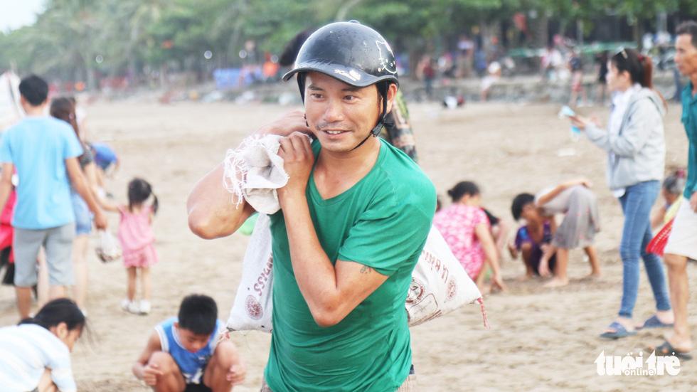 Cả trăm người dân, du khách tụ về bờ biển nhặt sò, ngao sau bão số 4 - Ảnh 13.