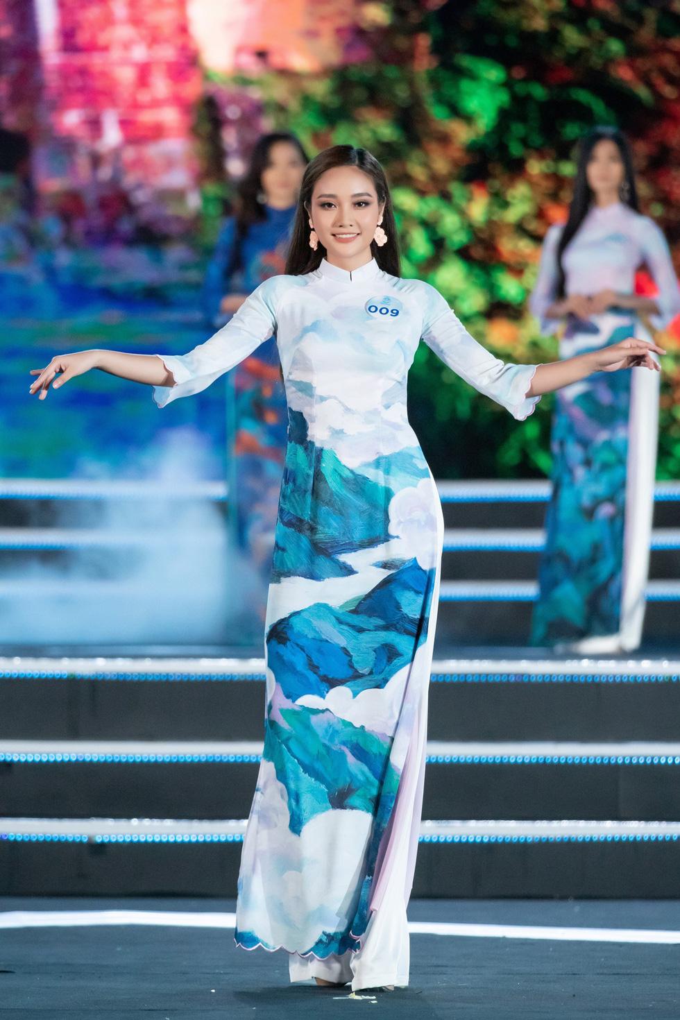 Bộ sưu tập áo dài đèo Hải Vân giúp Lương Thùy Linh đăng quang - Ảnh 5.