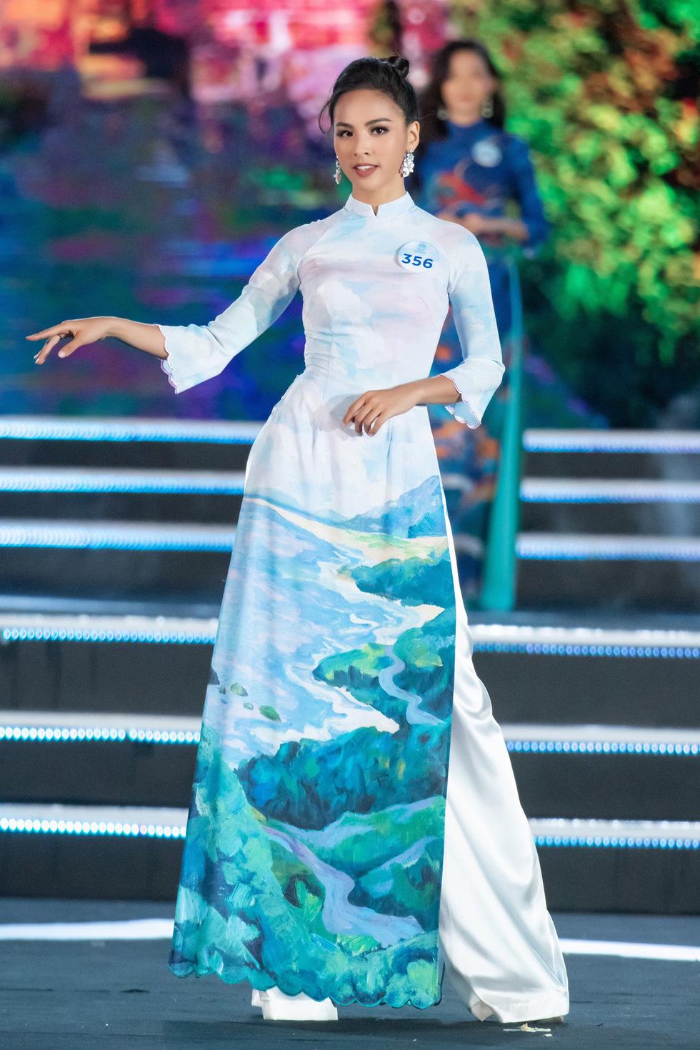 Bộ sưu tập áo dài đèo Hải Vân giúp Lương Thùy Linh đăng quang - Ảnh 2.