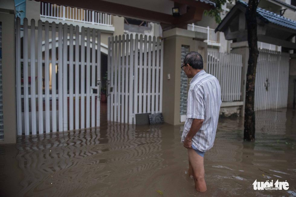 Khu đô thị ở Hà Nội ngập sâu, dân chèo thuyền dạo phố - Ảnh 5.