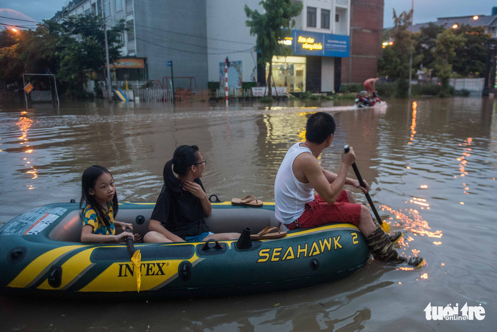 Khu đô thị ở Hà Nội ngập sâu, dân chèo thuyền dạo phố - Ảnh 1.