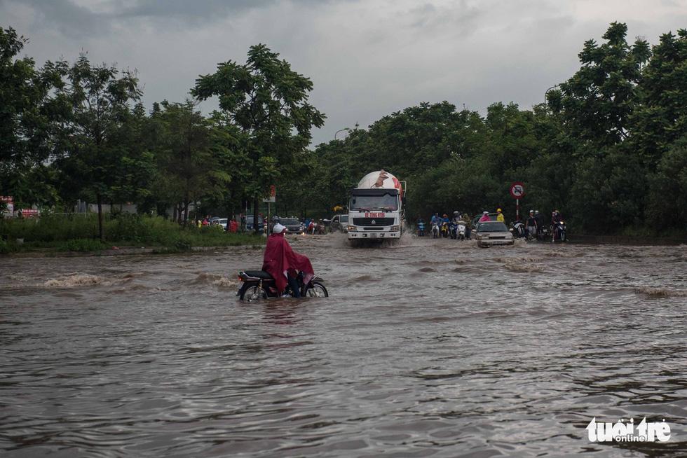 Khu đô thị ở Hà Nội ngập sâu, dân chèo thuyền dạo phố - Ảnh 8.