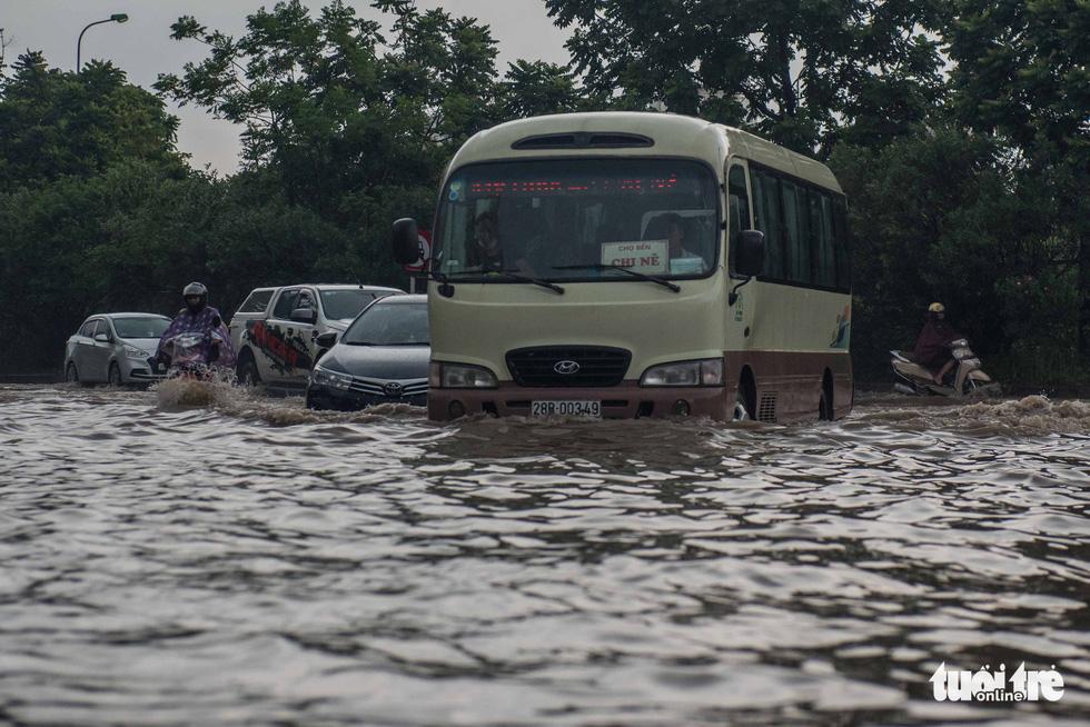 Khu đô thị ở Hà Nội ngập sâu, dân chèo thuyền dạo phố - Ảnh 9.
