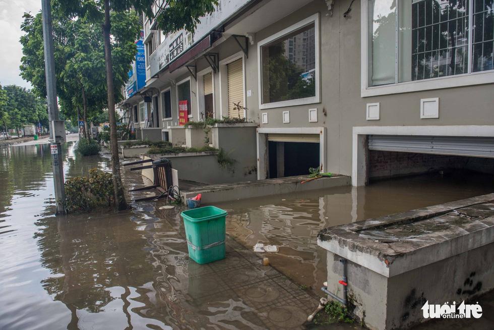 Khu đô thị ở Hà Nội ngập sâu, dân chèo thuyền dạo phố - Ảnh 4.