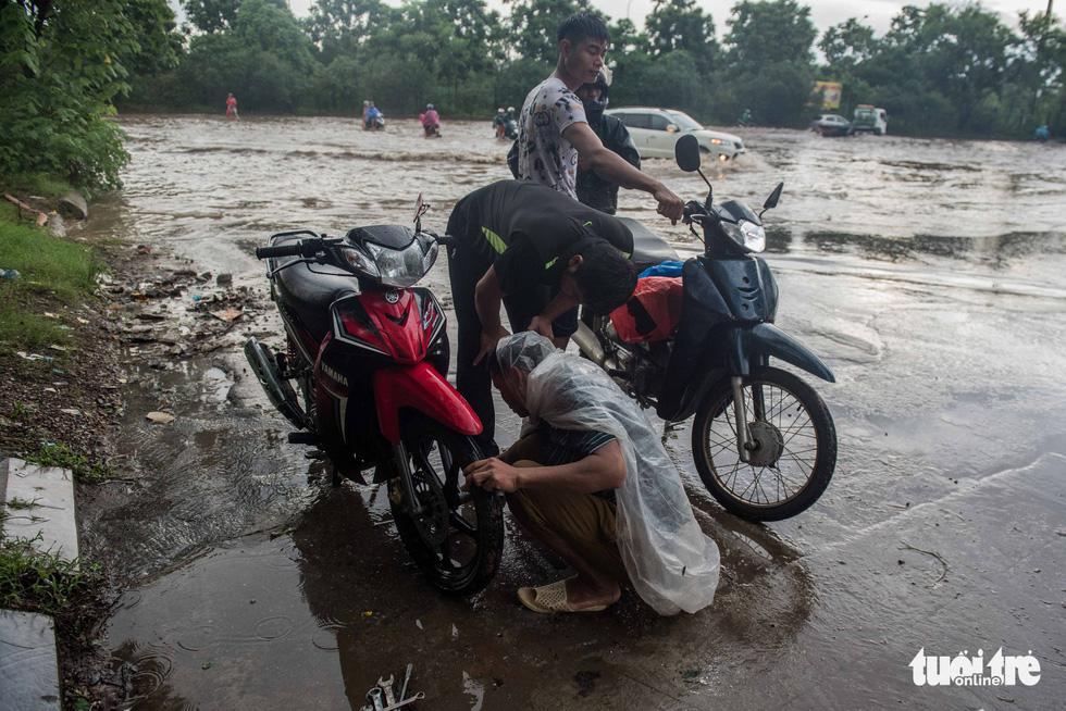 Khu đô thị ở Hà Nội ngập sâu, dân chèo thuyền dạo phố - Ảnh 7.