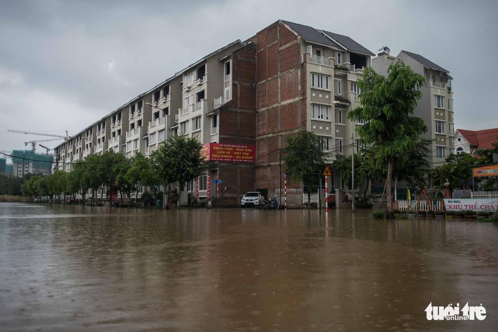 Khu đô thị ở Hà Nội ngập sâu, dân chèo thuyền dạo phố - Ảnh 2.