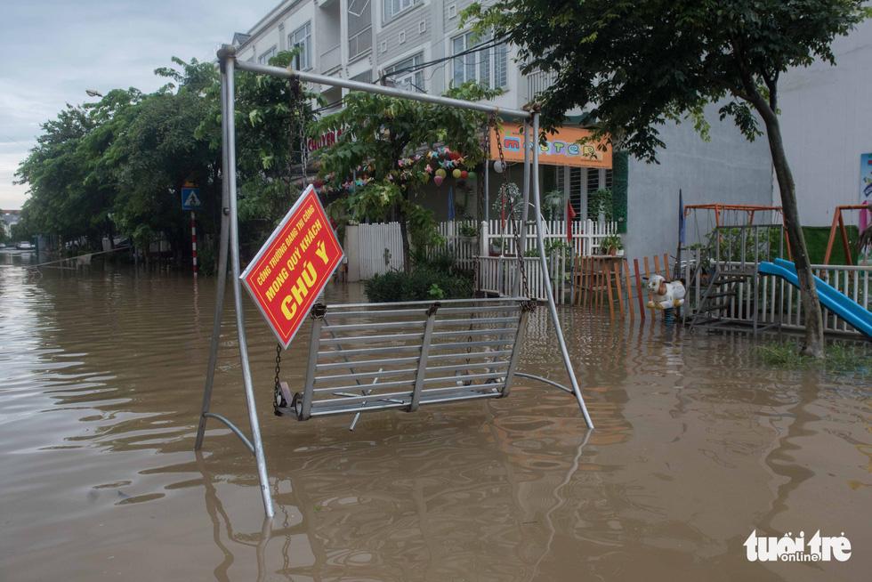 Khu đô thị ở Hà Nội ngập sâu, dân chèo thuyền dạo phố - Ảnh 3.